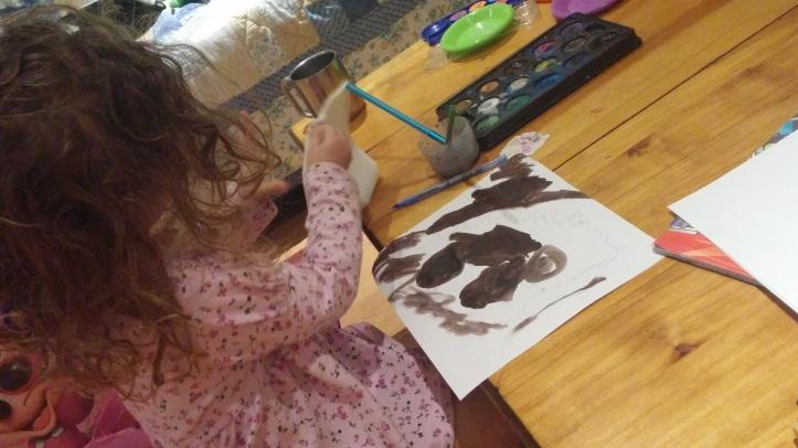 Amelie pintando
